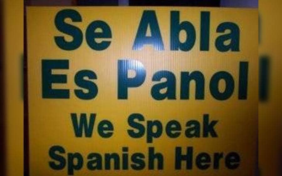 Letrero que lee: Se abla es panol…We speak Spanish here