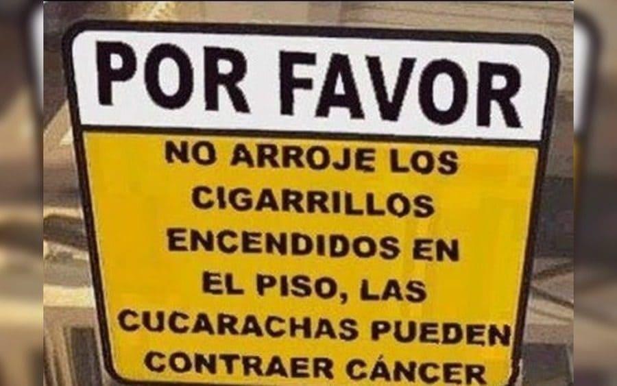 Letrero que lee: Por favor, no arroje los cigarrillos encendidos en el piso, las cucarachas pueden contraer cáncer.