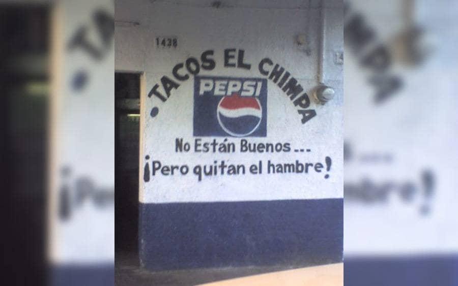 Anuncio que lee: Tacos el Chimba. No están buenos…pero ¡quitan el hambre!