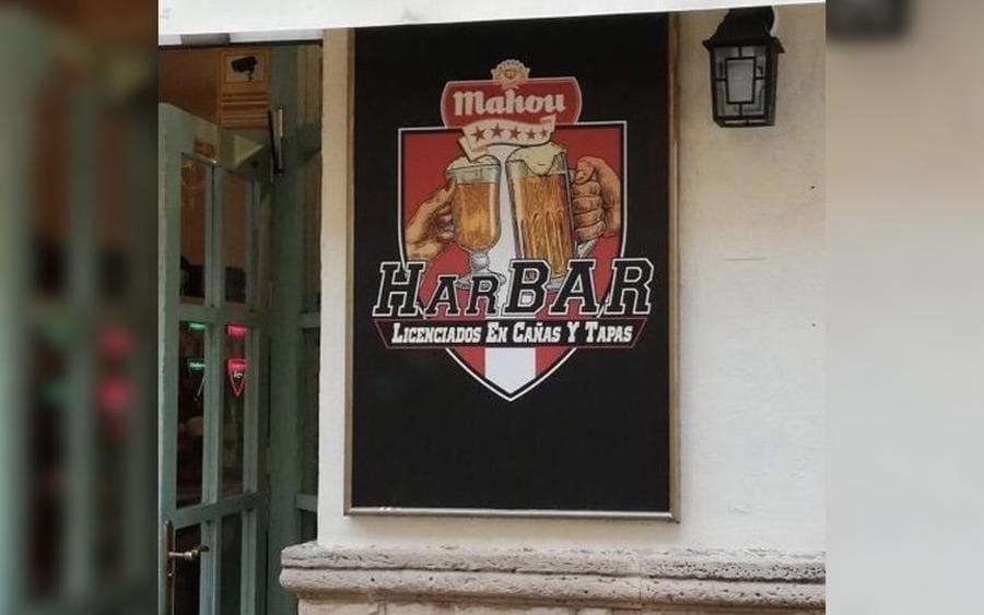Letrero de bar que lee: HarBar, Licenciados en Cañas y Tapas