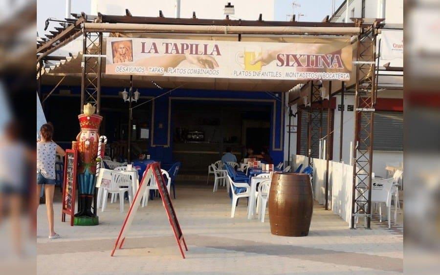 Letrero de restaurante llamado La Tapilla Sixtina