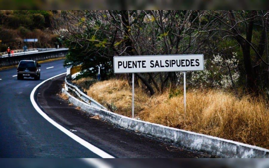 Letrero de carretera que lee: Puente Salsipuedes