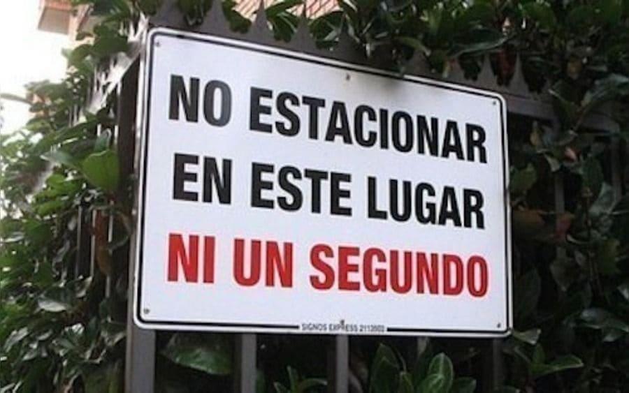 Letrero que lee: No estacionar en este lugar ni un segundo