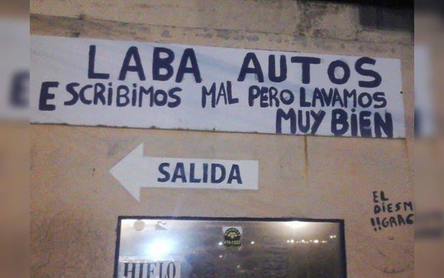 Letrero que lee: Laba Autos…escribimos muy mal pero lavamos muy bien