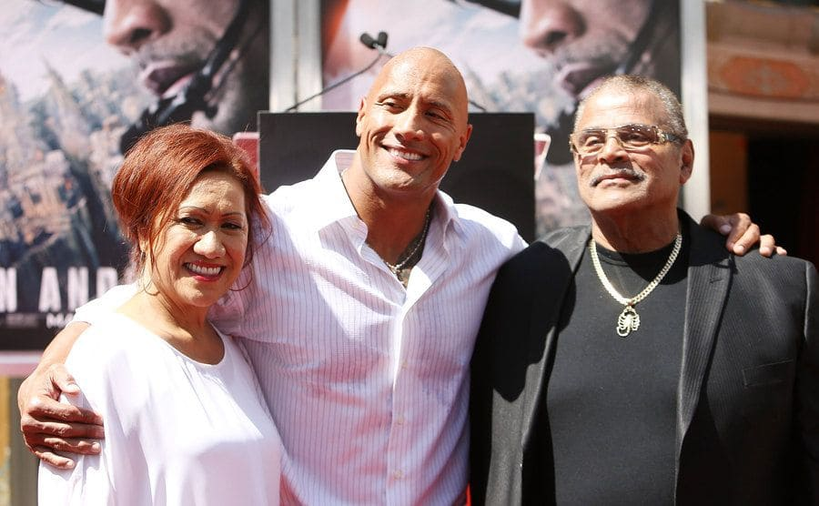 The rock with his parents on the red carpet