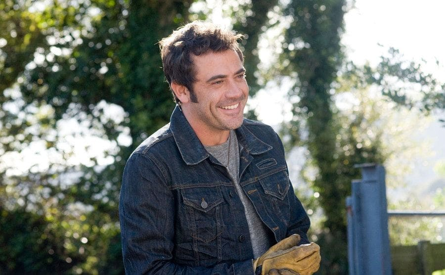 Jeffrey Dean Morgan with gardening gloves on in a scene from PS I love you