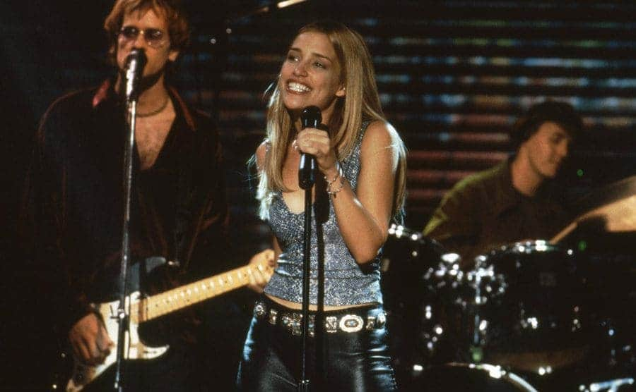 Piper Perabo singing on stage in Coyote Ugly