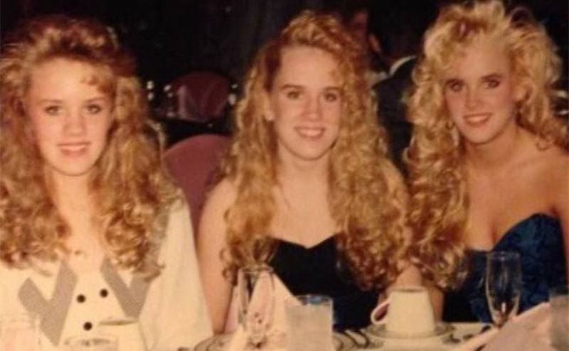 Jenny McCarthy sitting at a dinner with her sisters
