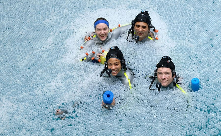 Kate Winslet, Zoe Saldana, Sam Worthington, and Cliff Curtis in scuba gear in a pool full of ice