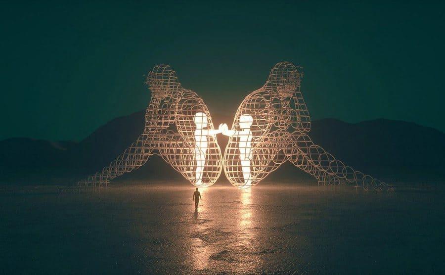 Poderosa escultura en el Burning Man muestra a los niños interiores atrapados en cuerpos de adultos