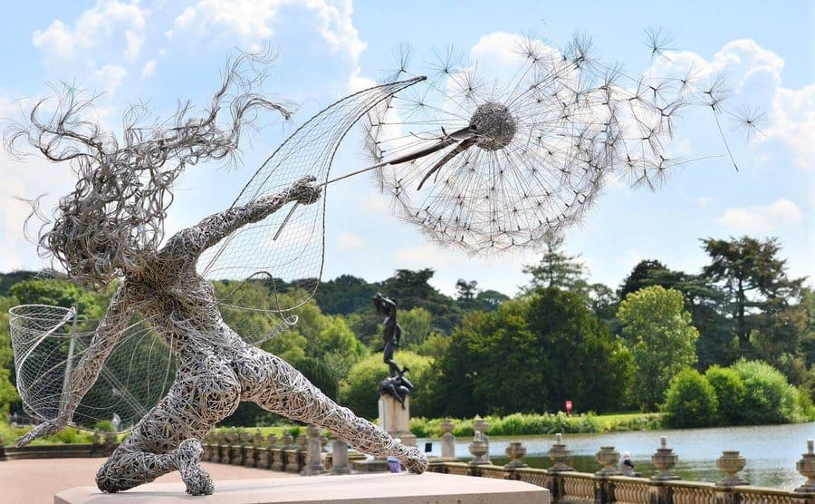 Dramática escultura de hada hecha de alambre por Robin Wight