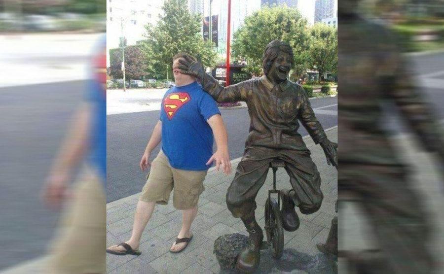 Estatua de Ronald McDonald y una niña frente al Rock'n'Roll McDonald's, Chicago