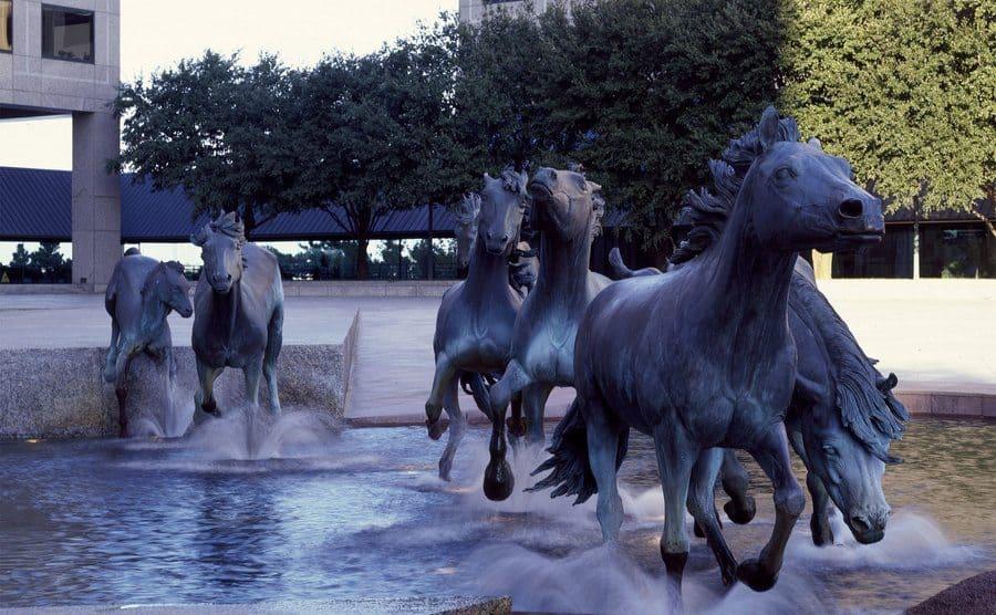 """""""Mustangs of Las Colinas"""", escultura de bronce por Robert Glen, 1984"""