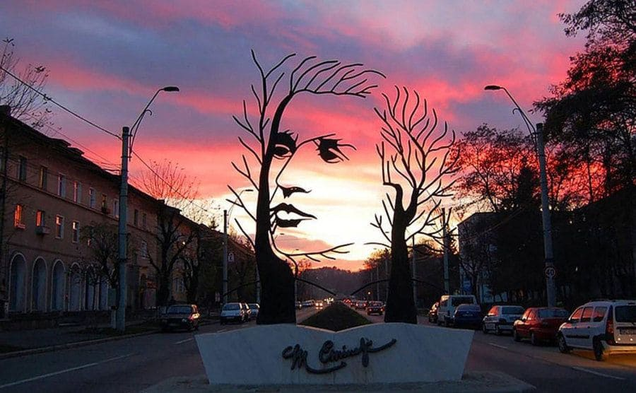 Monumento a Mihai Eminescu, en Onesti, Rumania.