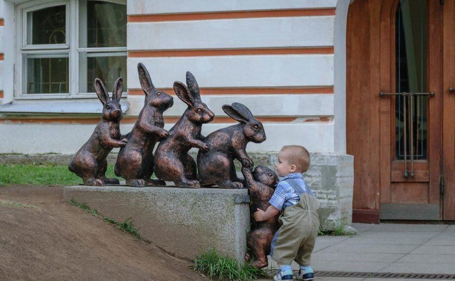 Escultura de liebres ayudándose entre sí, Peter and Paul Fortress, San Petersburgo