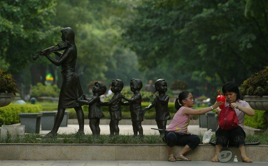 Escultura de niños en paso peatonal de la isla Shamian, Guangzhou