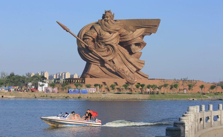 Gigantesca estatua del antiguo dios guerrero Guan Yu, en Jingzhou, China