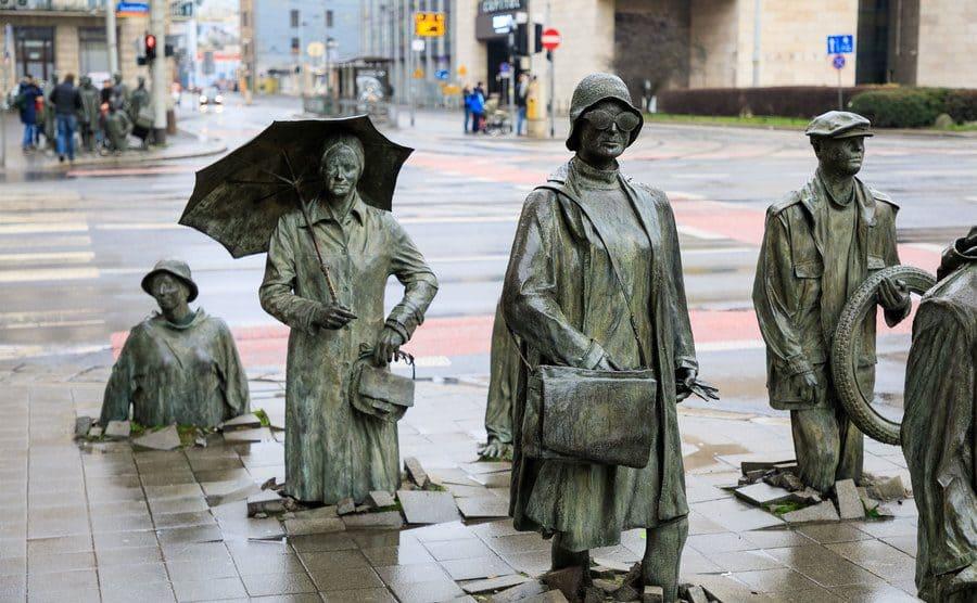 Estatuas que se hunden y se vuelven a levantar de la acera, en Polonia