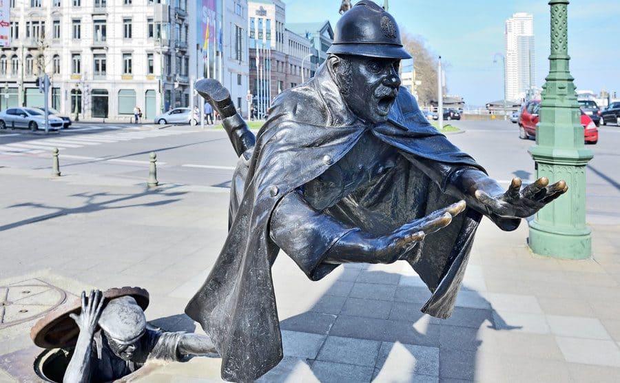 De Vaartkapoen, una estatua belga de un policía que se desploma