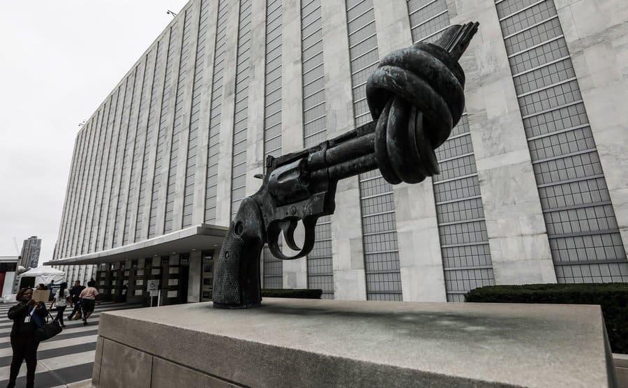 """The knotted Gun"", Escultura de un arma anudada"