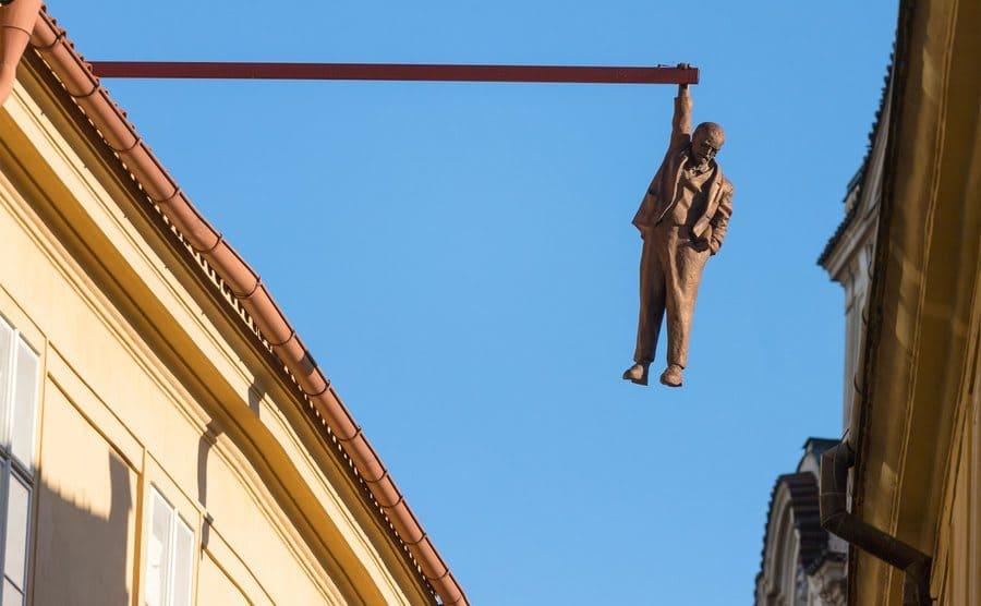 """""""The Man Hanging out"""", escultura de Sigmund Freud colgando de la barra de un edificio, en Praga"""