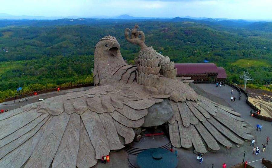 Una enorme escultura de un pájaro estilizado se extiende sobre una montaña en la India