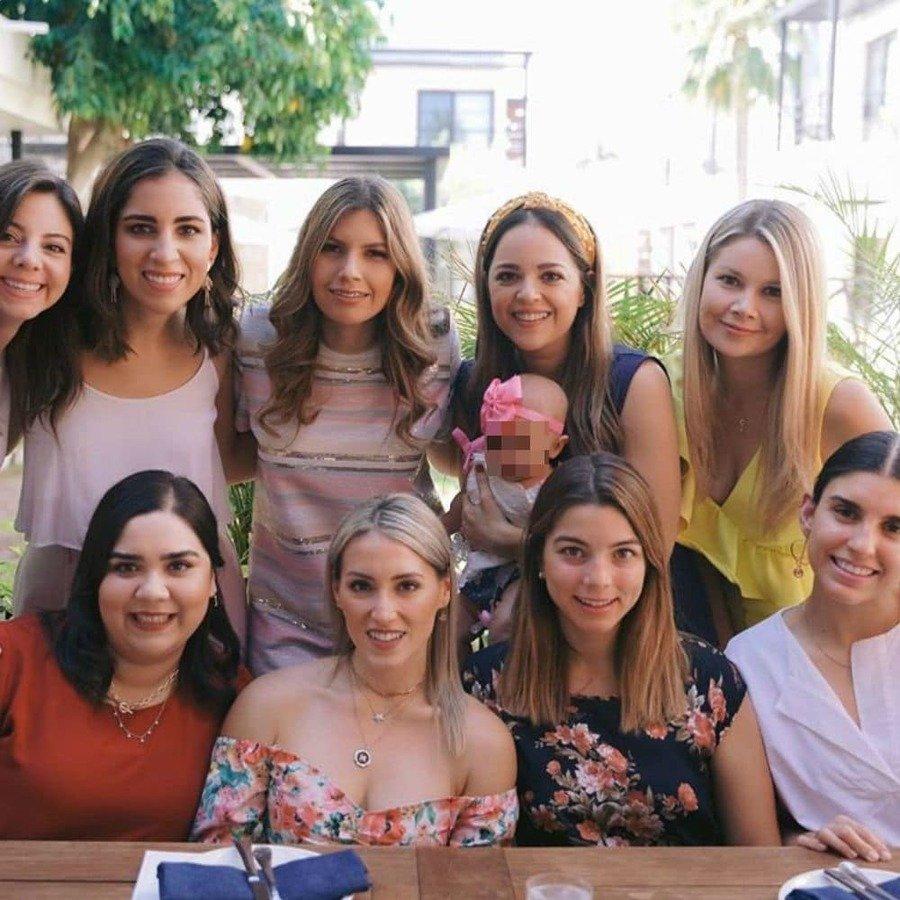 Emilia rodeada por las mujeres de la familia.