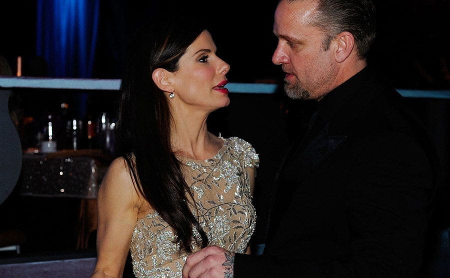 Sandra Bullock and Jesse James are having a conversation at the Academy Awards.