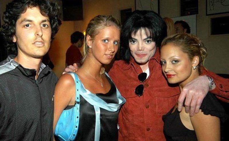 Michael Jackson poses, hugging Nicky Hilton and Nicole Richie.