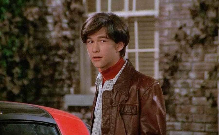Joseph Gordon-Levitt as Eric's friend in a still.