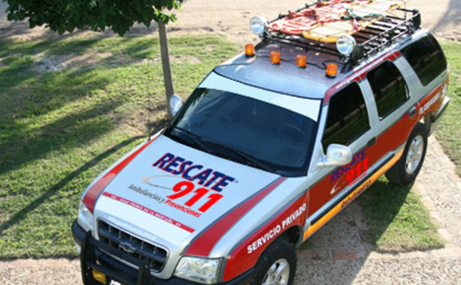 An emergency vehicle with the logo of 'Rescate 911' on its hood.